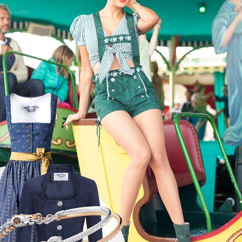 In selbst designten Lederhosen dreht Verona Pooth eine Runde auf der Nostalgieraupe