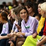 Zusammen mit Pixie Geldof sieht sich Alexa Chung die Fashion-Show von Ashley Williams an.