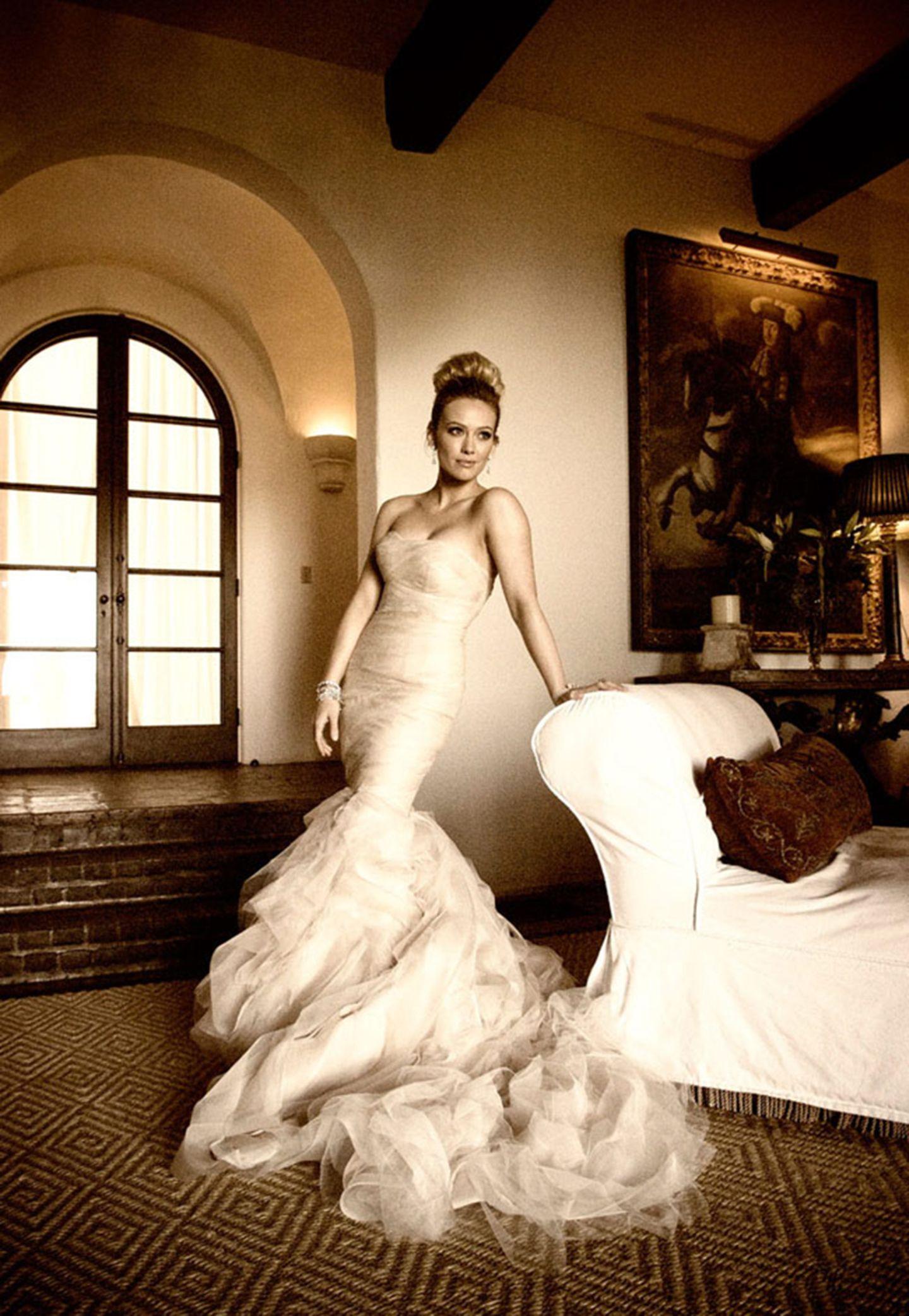 Geschiedene Stars: Auch Hilary Duff traf bereits der Vera-Wang-Fluch. Ihre Ehe mit Mike Comrie ging 2016 in die Brüche. Damit reiht sie sich hinter Kim Kardashian, Kate Hudson, Mariah Carey, Kaley Cuoco und der Brautmoden-Designerin selbst ein.