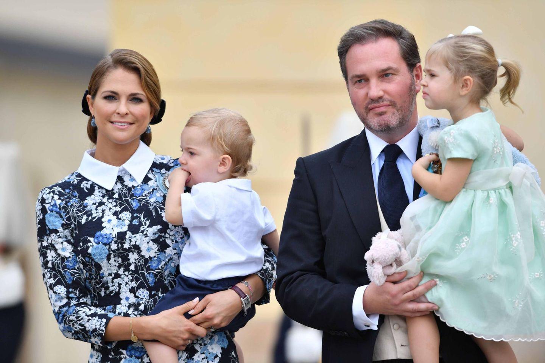"""9. September 2016  Prinzessin Madeleine hat Nicolas auf dem Arm, Chris O'Neill Töchterchen Leonore. Und Kuscheltier """"Kaninen""""."""