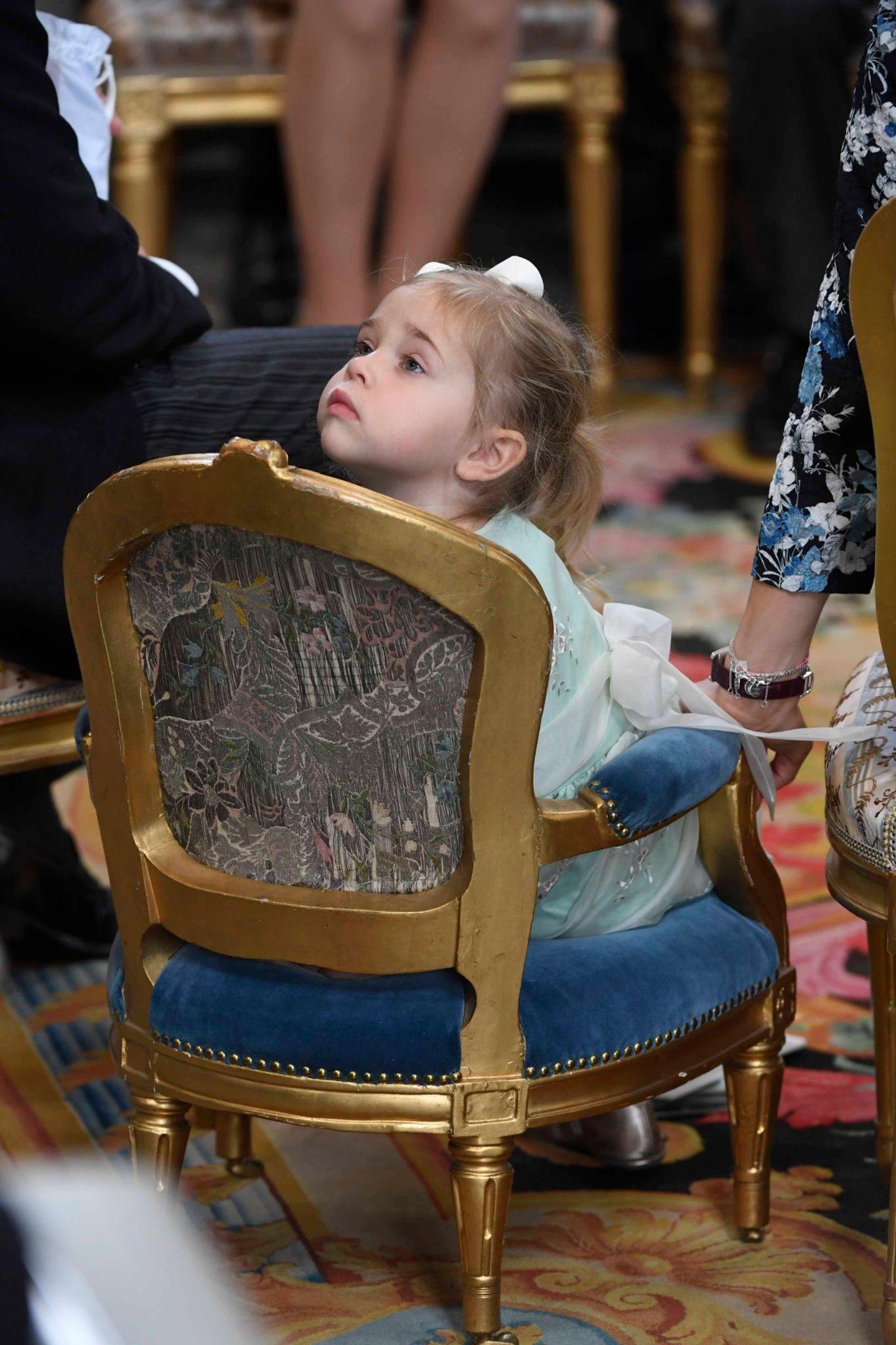9. September 2016  Prinzessin Leonore, die sich schon bei Prinz Oscars Taufe im Mai als wahrer Wirbelwind präsentiert hatte, schaut sich sitzend erst einmal ein wenig in der Kirche um.