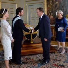 9. September 2016  Im Hintergrund liegt Alexander in seiner Wiege, während seine Eltern die Glückwünsche (und Geschenke) für ihn entgegennehmen.