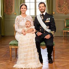 Voller Stolz posieren Prinzessin Sofia und Prinz Carl Philip mit Söhnchen Prinz Alexander für ein Familienfoto zur Taufe.