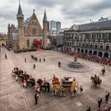 Die Kutsche mit dem Königspaar umrundet den gesamten Platz.