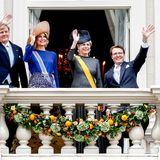 Die niederländische Balkonszene: Das Königspaar winkt gemeinsam mit Prinzessin Laurentien und Prinz Constantijn zur Menschenmenge im Schlosshof.