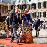 Das Königspaar schreitet über den roten Teppich zum Rittersaal.