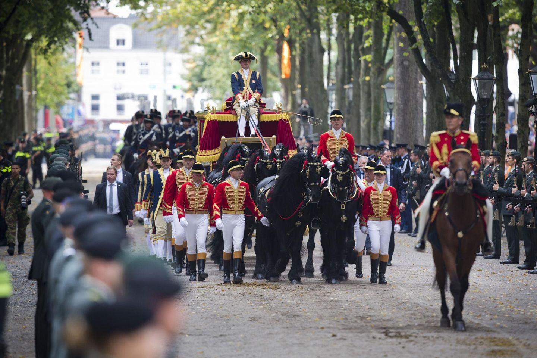 Sechs lackschwarze Friesen ziehen die goldene Kutsche vom Schloss Noordeinde Richtung Parlament.