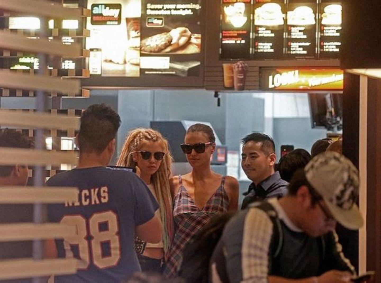 Ein Model im Burgerladen? Klar doch! Nach der Show von Marc Jacobs gehen Irina Shayk und Stella Maxwell erst einmal auf Fast-Food-Jagd.