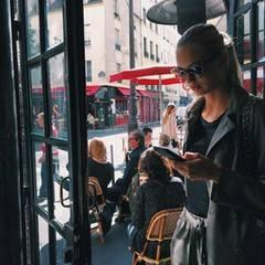 Wenn sie nicht gerade auf dem Catwalk ist, genießt Romme Strijd die spätsommerliche Atmosphäre in den Pariser Cafés.