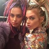 Irina Shayk und Stella Maxwell scheinen bei der Show von Marc Jacobs unzertrennlich. Erst knipsen sie Selfies, was das Zeug hält...