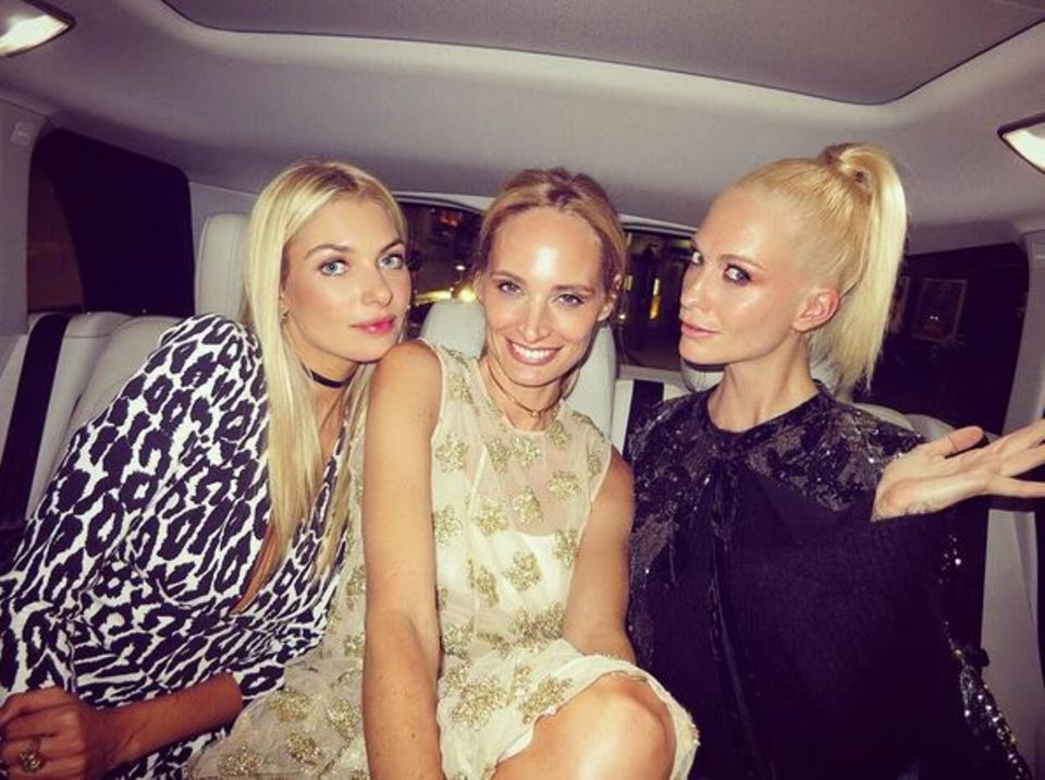 """Ein Taxi voll von Blondinen. Auf dem Weg zur """"Vogue: Voice Of A Century""""-Party teilt sich Jessica Hart die Rücksitzbank mit Poppy Delevingne und Lauren Santo Domingo."""