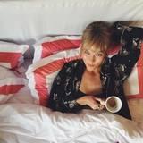 But first coffee! Während der Fashionweek gönnt sich Karlie Kloss ein Frühstück im Bett. Das muss während der anstrengenden Modewoche auch sein.