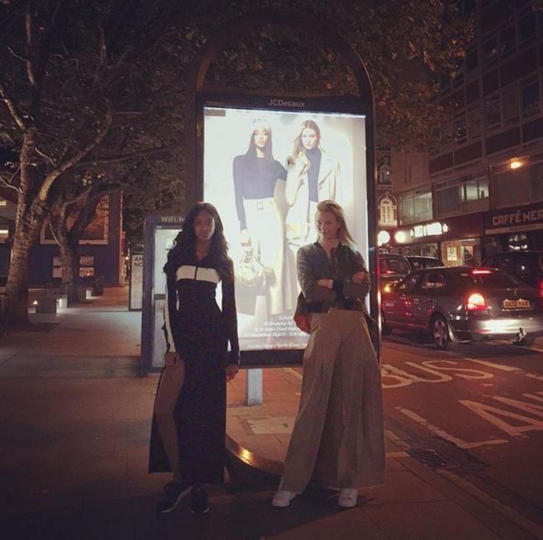 """""""Das sind doch wir!"""" - Karlie Kloss und Jourdan Dunn genießen Zeit zu zweit und laufen dabei scherzend durch Londons Straßen."""