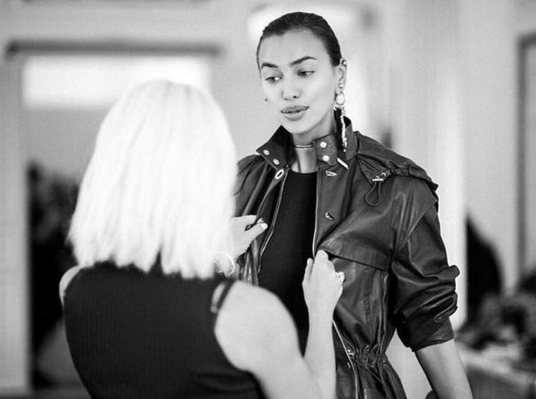 Ob der Look an Irina Shayk auch wirklich perfekt sitzt, überprüft Designerin Donatella Versace lieber selbst. Um ihr Versace-Supergirls kümmert sie sich stets höchstpersönlich.