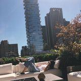 Zwischen den Schauen braucht Kendall Jenner eine Verschnaufpause. Einen besseren Platz als die Sonnenterrasse ihres Hotels hätte sie dafür sicherlich nicht finden können.