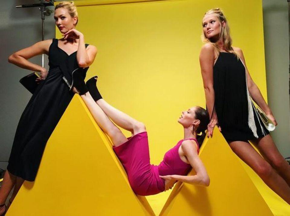 """Karlie Kloss, Coco Rocha und Toni Garrn ist das Modeln in Fleisch und Blut übergegangen. Selbst für einen Schnappschuss auf der """"The Shot""""-Party von Hugo Boss und dem W Magazine können sie das Posen nicht lassen."""