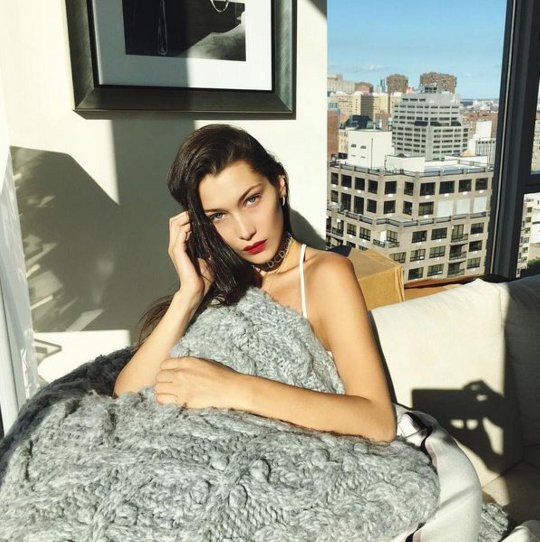 Bevor sie am Abend die Show von DKNY eröffnet, bleibt Bella Hadid am Morgen erst einmal in ihrem New Yorker Hotel. Eingekuschelt in eine Wolldecke kann sie hier die Aussicht über die Metropole genießen und sich noch etwas Erholung gönnen.