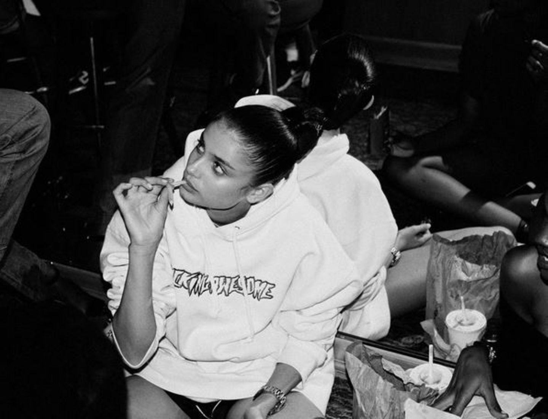 """""""Die Fashionweek in einem Foto zusammengefasst: Pommes auf dem Boden essen"""" - schreibt Taylor Hill zu diesem Backstage-Foto."""