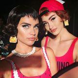 Bei Moschino sind die Paper Dolls los. Darunter auch Sara Sampaio, die vor der Show schnell noch ein Erinnerungs-Selfie schießt.