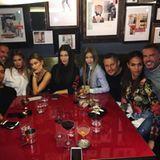 """Kaum ist die """"Versace""""-Show durch, darf geschlemmt werden. Doutzen Kroes, Joan Smalls, Bella Hadid, Hailey Baldwin und Gigi Hadid treffen sich im Restaurant """"Ceresio"""" und stoßen mit Wein auf ihren Erfolg an."""