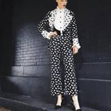 Um in der Front Row von Anna Sui durch ihren Style aufzufallen, setzt Model Coco Rocha auf einen Anzug mit Kitty-Cat-Print. Miau!