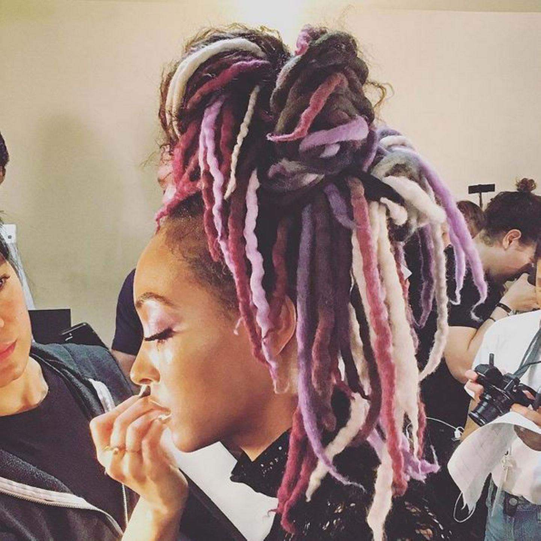 Backstage arbeiten die Make-up-Artists bei Marc Jacobs auf Hochtouren. Pastellfarbene Dreadlocks und ein extravaganter Beauty-Look fordern höchste Konzentration. Da muss Model Jourdan Dunn besonders still sitzen.