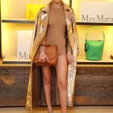 Dort erstrahlt Gigi ganz in Gold, und ihr Mantel aus der aktuellen Herbst/Winter-Kollektion von Max Mara ist mit sage und schriebe 180.000 Pailletten besetzt!