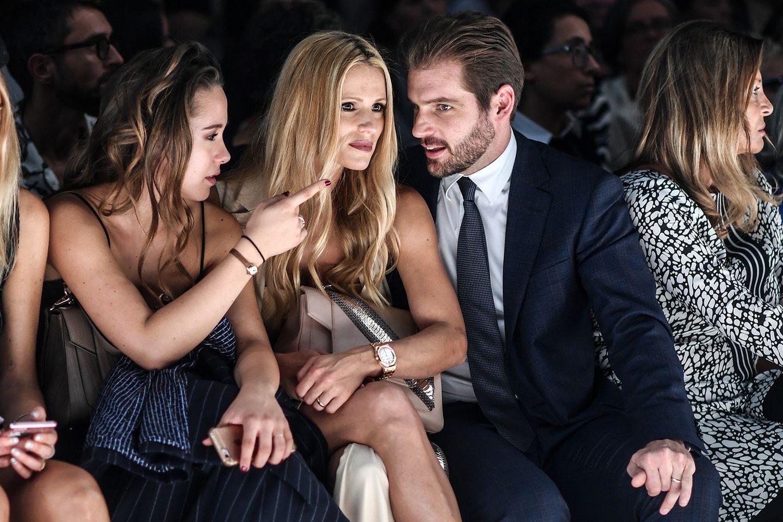 Familiensache! Michelle Hunziker und Tomaso Trussardi und Michelle Tochter Aurora (l.) haben bei der Show von Trussardi natürlich die besten Plätze.