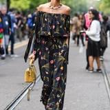 Topmodel Izabel Goulart bezaubert in Mailand mit sommerlichem Jumpsuit.