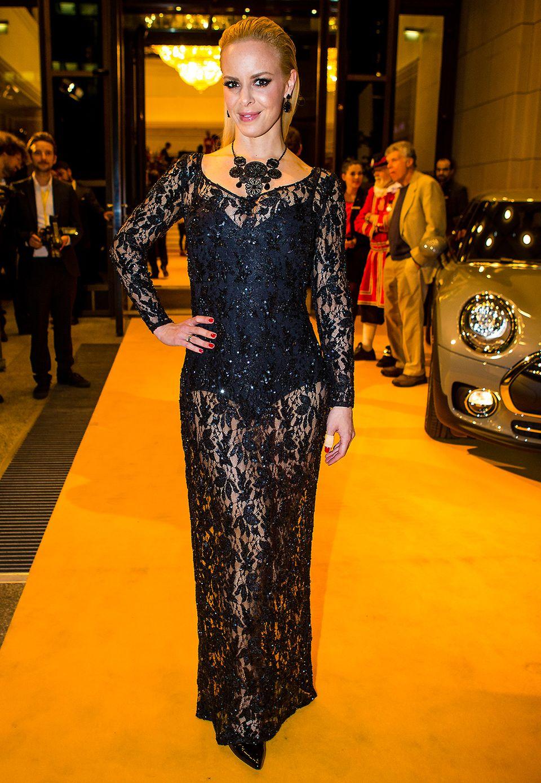 Isabel Edvardsson trägt unter ihrem transparenten Kleid einen schwarzen Body, um nicht zu viel preiszugeben.