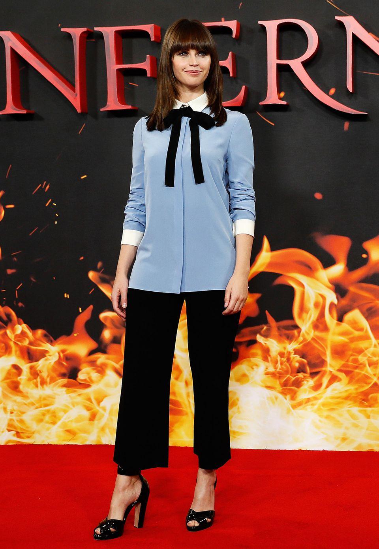 """Bezaubernd und doch ein wenig bieder präsentiert sich Felicity Jones im Schulmädchen-Look beim Fototermin für """"Inferno""""."""