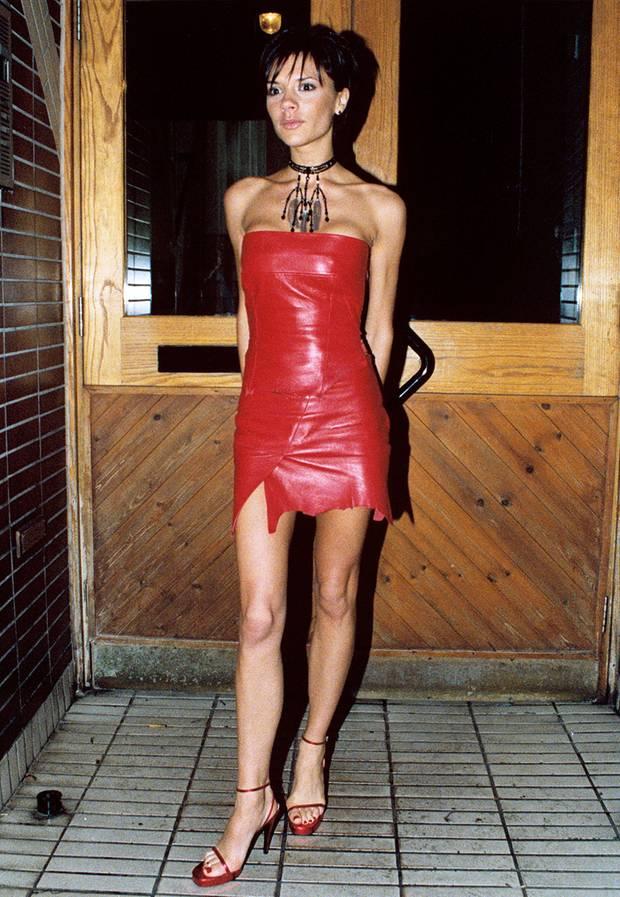 Yabba dabba doo?! Victoria erinnert im roten Leder-Dress 1999 eher an Wilma Feuerstein.