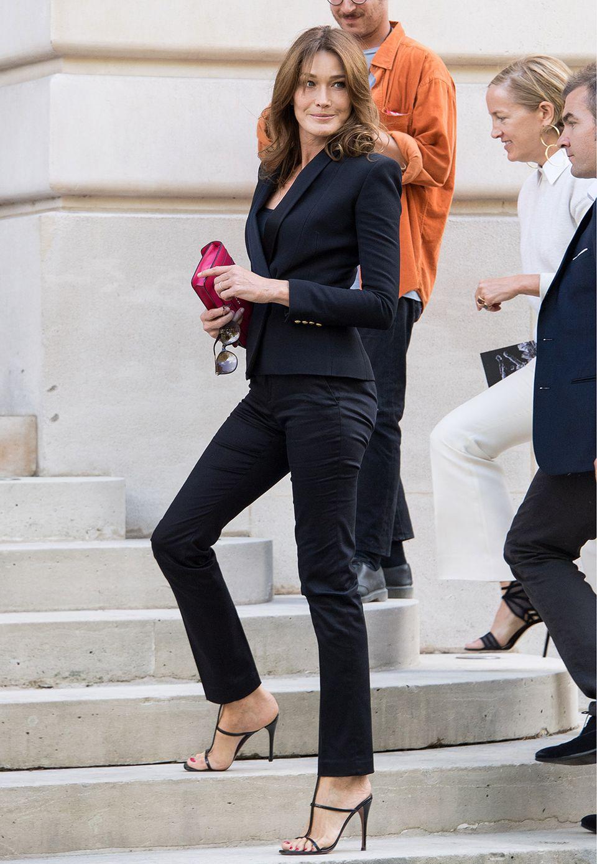 Carla Bruni-Sarkozy posiert auf dem Weg zur Balmain-Show noch schnell für die Fotografen.