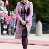 Verspielt und doch elegant im brokatverzierten, lilafarbenen Mantel empfängt Prinzessin Mette-Marit den Staatsbesuch aus Singapur.