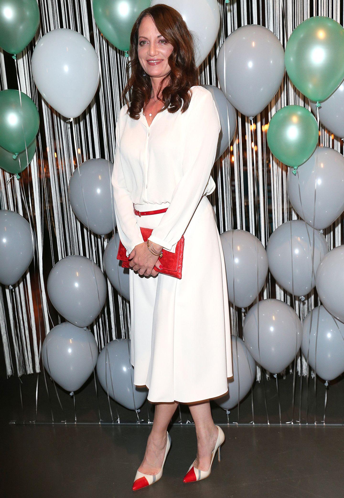 Natalia Wörner peppt ihr Outfit mit roten Accessories auf.