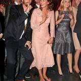 """Joko Winterscheidt bewundert die Damen an seiner Seite: Schauspielerin Jessica Schwarz trägt ein rosafarbenes Spitzenkleid und """"Westwing""""-Gründerin Delia Fischer hat sich für eine silberne knielange Variante entschieden."""