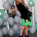 Victoria Swarovski setzt an diesem Abend auf eine Grün-Schwarz-Kombi.