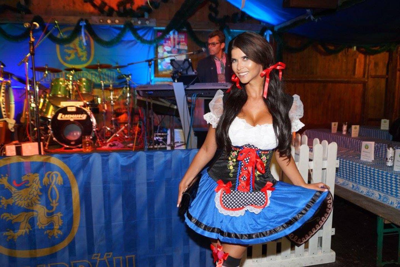 Auch in Berlin wird das Oktoberfest gefeiert: Das freizügige Model Micaela Schäfer zeigt sich dabei sogar überraschend gut bedeckt im Dirndl.
