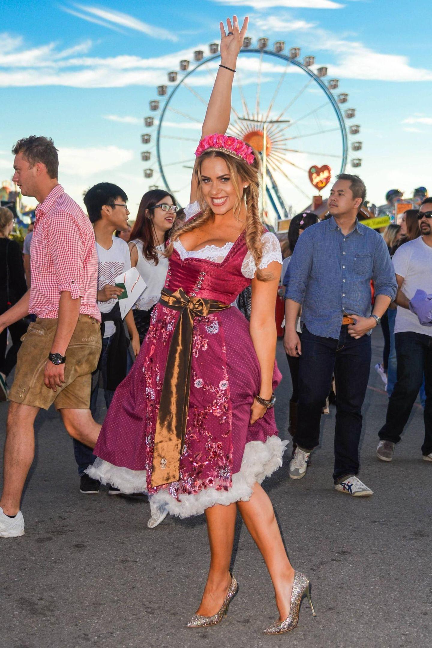 """""""Promi-Bigbrother""""-Star Jessica Paszka bei einem Wiesnrundgang auf dem Oktoberfest in München."""