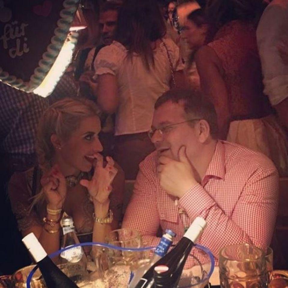 """Verena Kerth versucht Elton die typischen """"Wiesn-Griffe"""" zu erklären. Er scheint sehr vertieft zuzuhören."""