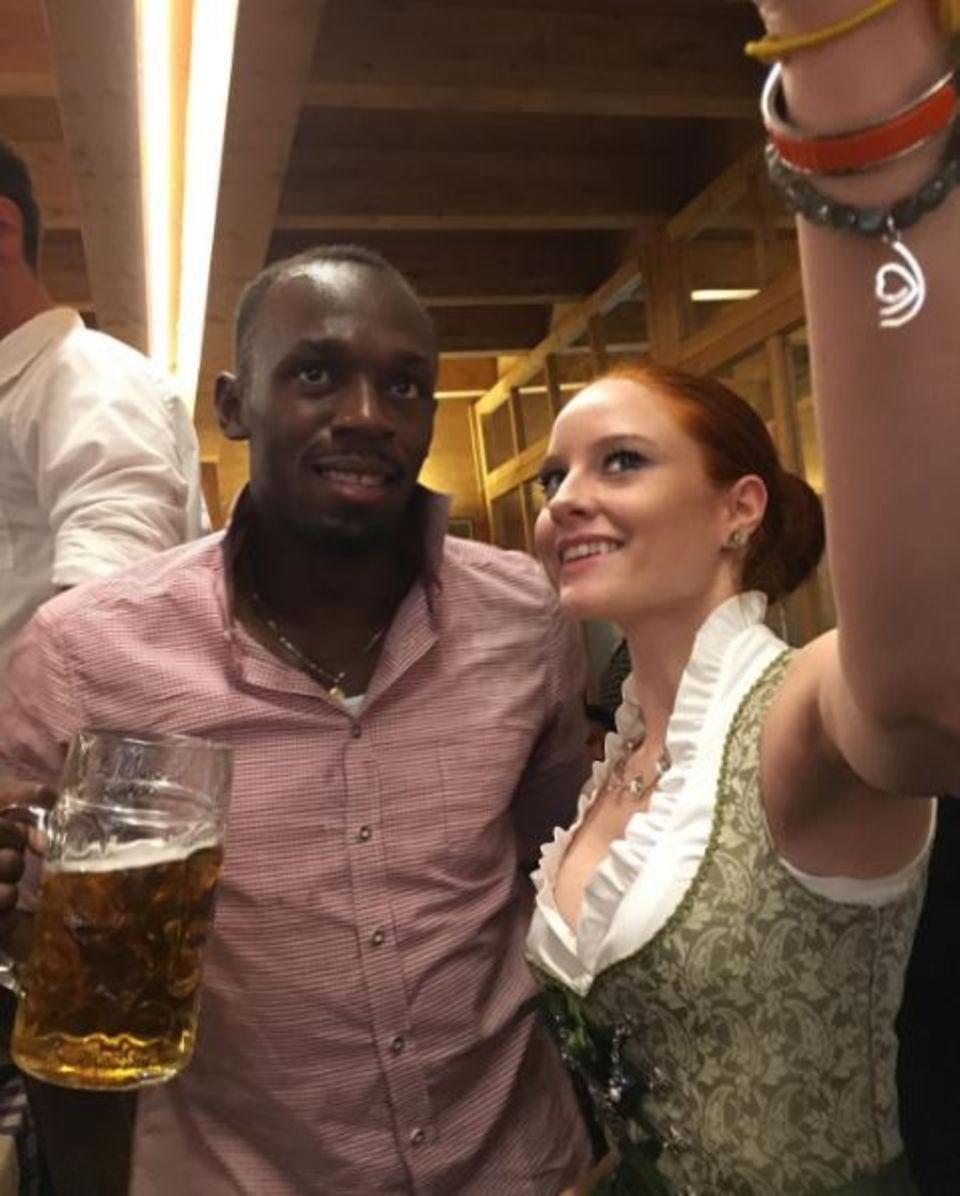 Während des Oktoberfestes schnappt sich Topmodel Barbara Meier Leichtathletik-Star Usain Bolt für ein Selfie.