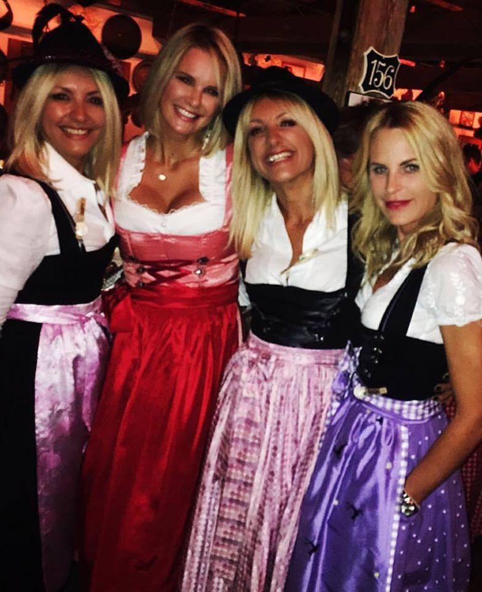 Fesch sehn sie aus, die Girls in Blond. Monica Ivancan posiert mit den Stylistinnen von Haarwerk.