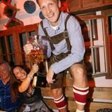 Ganz traditionell in Lederhosen gekleidet und bestens gelaunt prostet Oliver Pocher den Kameras entgegen.