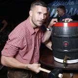 """Fußball-Star Lukas Podolski sorgt auf der """"Kölsche Wiesn"""" dafür, dass das Bier fleißen kann."""