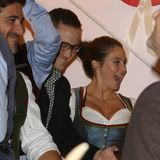 """Auch Weltstars wie Joseph Gordon-Levitt und seine Schauspielkollegin Shailene Woodley geben sich der ausgelassenen Stimmung auf dem Oktoberfest hin. Beide sind auf Promotour für ihren Film """"Snowden""""."""