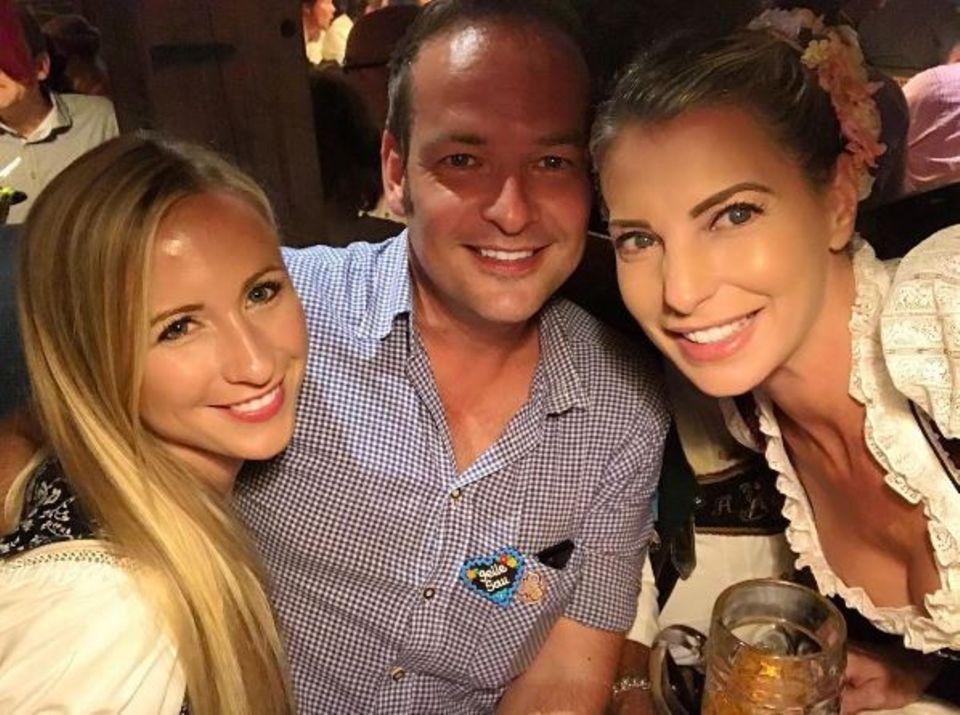 Giulia Siegel zeigt sich ganz privat auf der Wiesn. Neben ihr Robert Kranke und eine Freundin.