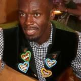 In der letzten Zeit hat Usain Bolt vor allem mit Berichten über Affären von sich Reden gemacht. Auf dem Oktoberfest beweist der Sportler nun mit den lustigen Ansteckern Humor.