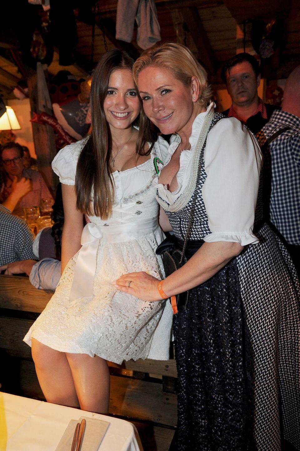 Auch das Töchterchen darf mit aufs Oktoberfest: Claudia Effenberg und ihre Tochter Lucia feiern in München.