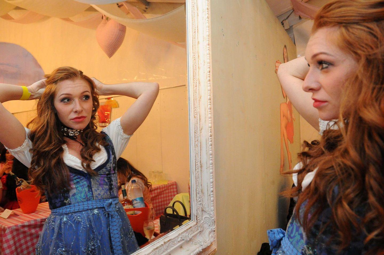 Beim Madl-Wiesn überprüft Georgina Fleur noch schnell, ob die Frisur auch sitzt.