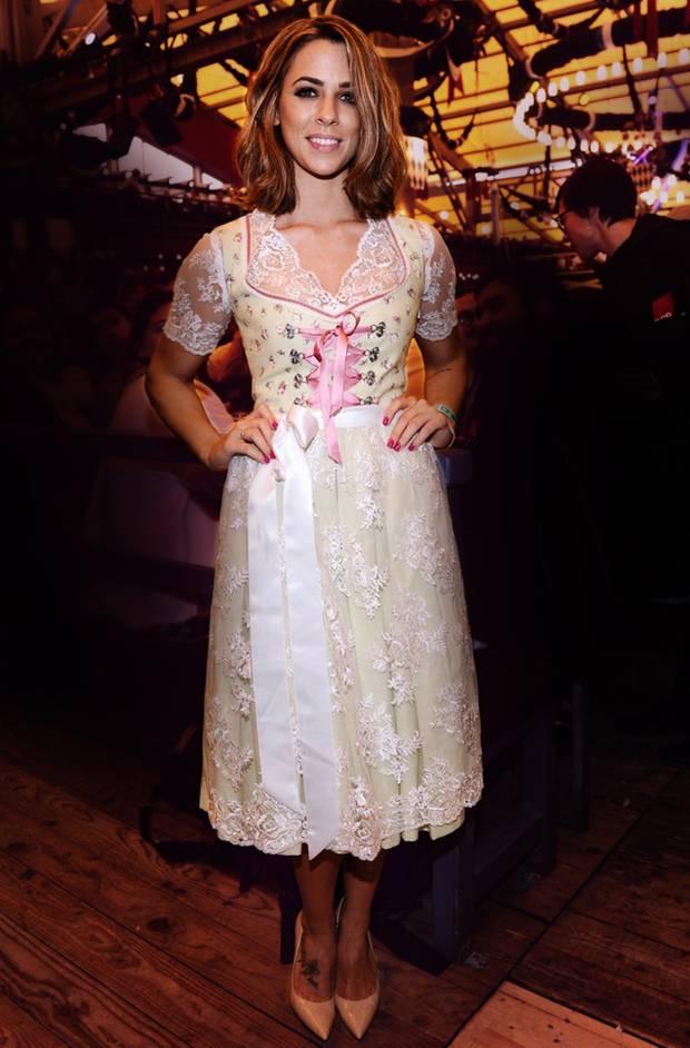Sängerin Vanessa Mai präsentiert ihr wunderschönes Dirndl von Limberry.